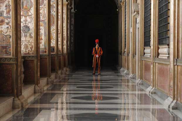 Vaticano, 12.12.2011 | Um elemento da Guarda Suíça Pontifícia em serviço durante uma audiência privada de Bento XVI com o president arménio, Serzh Sargsyan.