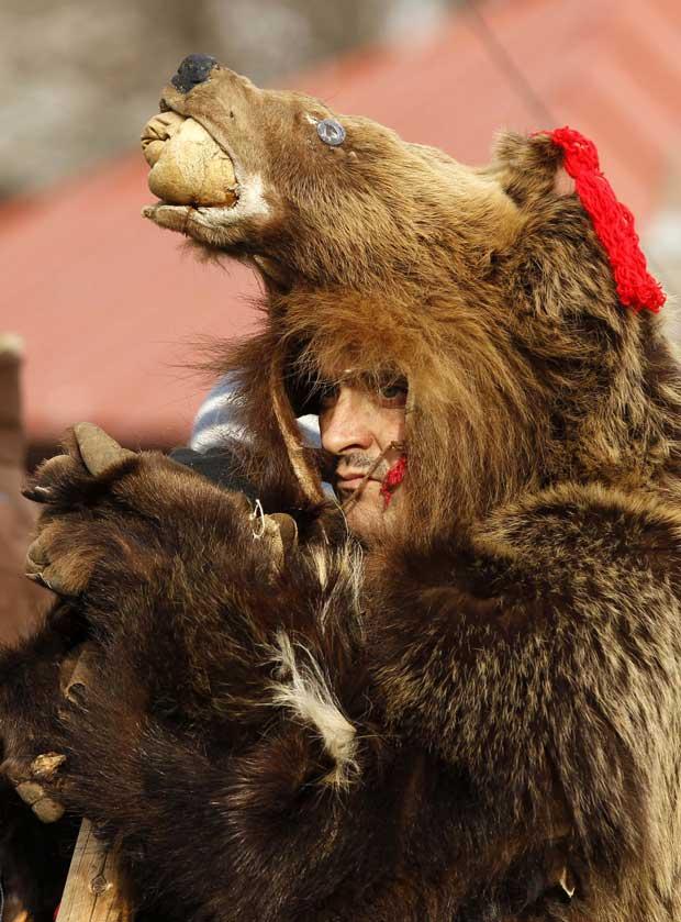 Roménia, 10.12.2011 | Um homem vestido de urso durante uma feira tradicional de Natal, em Bucareste.