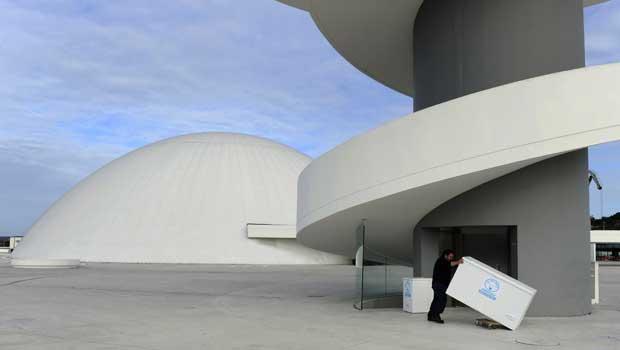 Espanha, 11.12.2011 | O Centro Niemeyer em Avilés, única obra do arquitecto Oscar Niemeyer em Espanha, fechou portas no domingo. O governo das Astúrias põe em causa a gestão do centro e não renovou licença.