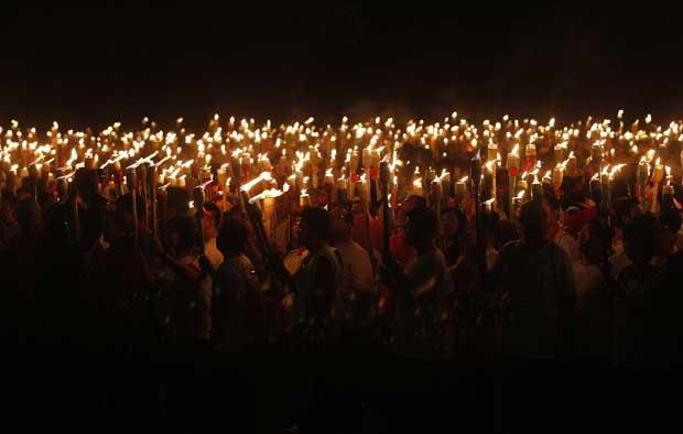 Indonésia, 10.12.2011 | Um grupo de pessoas com tochas, parte dos 3777 participantes dedicados a baterem o recorde Guiness de parada de tochas acesas. Em Jacarta.