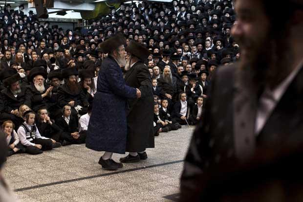 Israel, 12.12.2011 | O filho do Rabino Chefe da comunidade de judeus ultra-ortodoxos de Vizhnitzer dança com outro líder local durante os festejos de um grande casamento (o do neto do Rabino Chefe, o que levou milhares de pessoas à cerimónia), perto de Telavive.