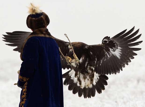 Cazaquistão, 9.12.2011 | Um caçador e a sua águia domesticada durante uma competição anual de caça perto de Almaty.