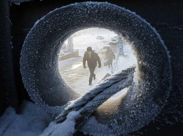 Rússia, 14.12.2011 | Passageiros a entrar num ferry, perto de Novosyolovo, no último dia de navegação no rio Yenisei. As temperaturas chegavam já aos -27ºC.