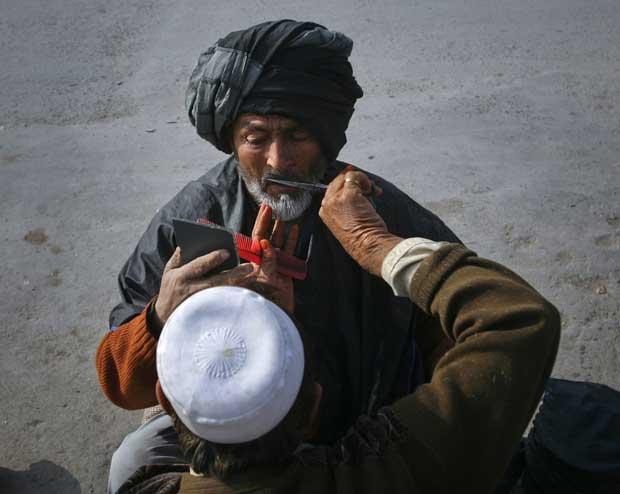 Paquistão, 19.12.2011 | A aparar o bigode num barbeiro de rua em Quetta