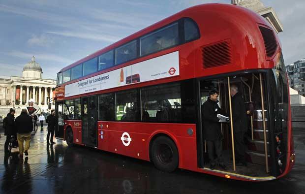 Reino Unido, 16.12.2011 | O modelo dos novos autocarros londrinos, baseado no clássico e icónico Routemaster. Foi agora apresentado e começará a percorrer a capital inglesa no início do ano.