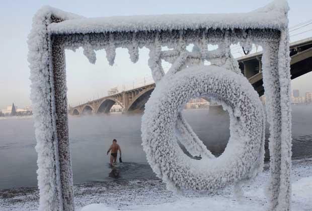 Rússia, 18.12.2011 | Com 20 graus negativos, o membro de um clube de natação de Inverno prepara-se para mergulhar no rio Yenisei, perto de Krasnoyarsk, na Sibéria.