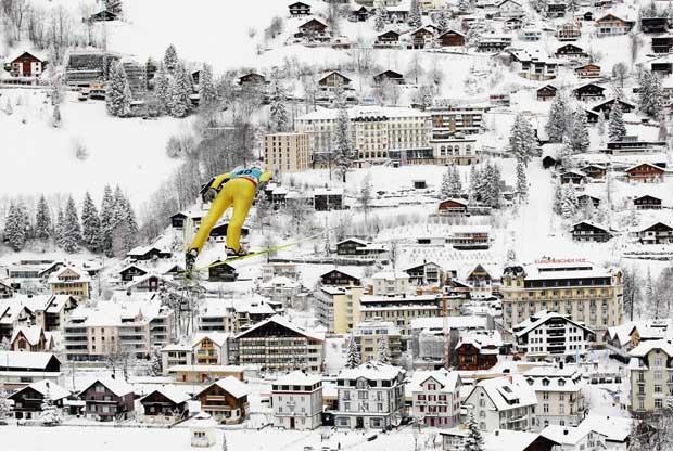 Suíça, 18.12.2011 | Vegard-Haukoe Sklett, da Norega, pelos ares durante uma prova de qualificação do mundial de saltos de esqui em Engelberg