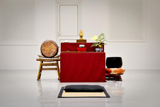 O altar, no centro do dojo, onde está a imagem de Buda.