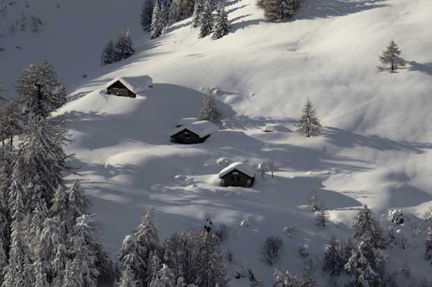 Suíça, 19.12.2011 | Um cliché de postal: chalés fotografados após um nevão (Sionne, Anzere)