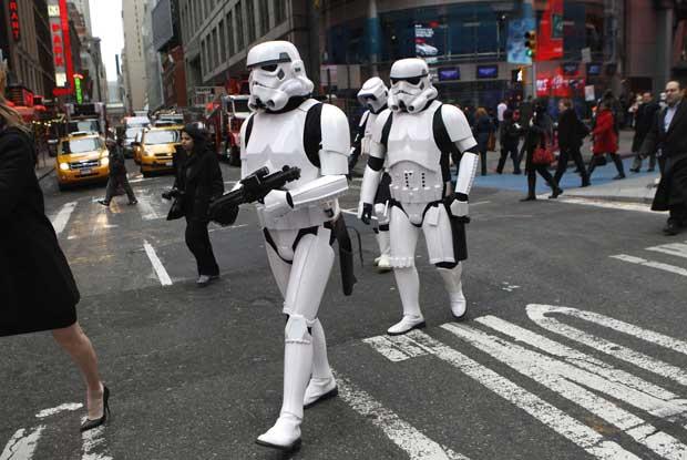 EUA, 20.12.2011 | Directamente de Star Wars para a Times Square de Nova Iorque. Estes Storm Troopers participavam numa sessão do NASDAQ em que a Electronic Arts Inc. voltou a entrar. A empresa aproveitou para lançar o jogo