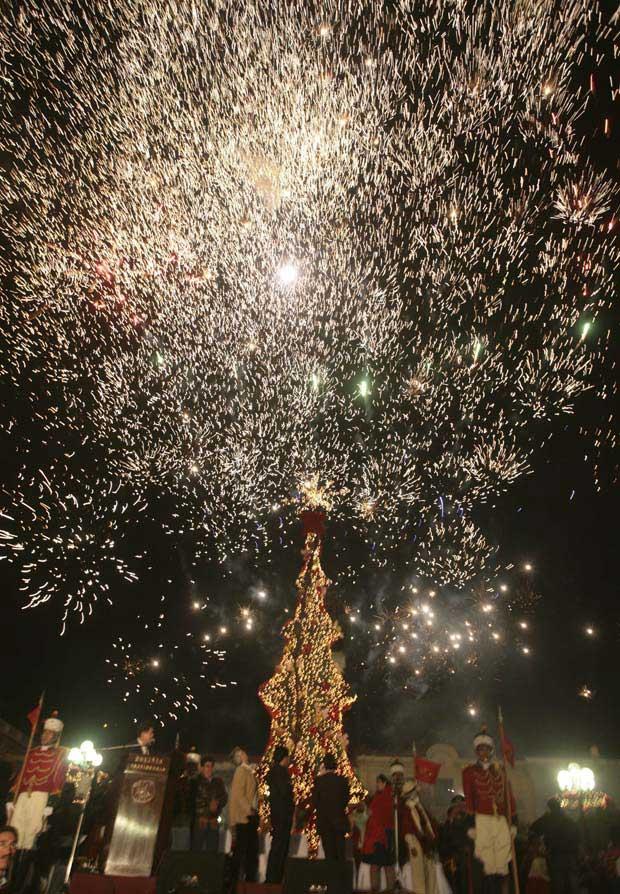 Bolívia. Show de pirotecnia na inauguração das luzes natalícias