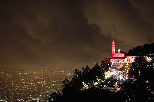Colômbia. A cidade de Bogotá iluminada aos pés da igreja de Monserrate, com iluminação especial de Natal
