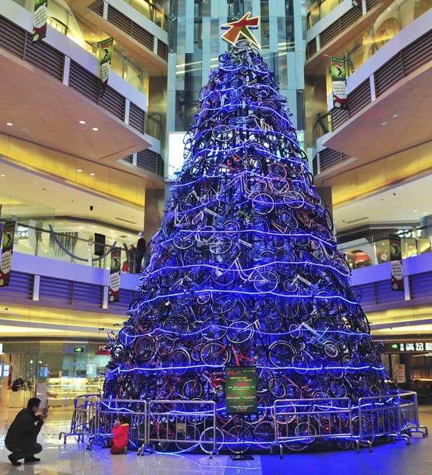 China. Uma árvore de natal, num centro comercial em Shenyang, com quase 12 metros e feita de 320 bicicletas