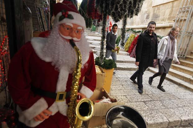 Israel. Uma loja de produtos e decorações natalícias numa rua da Cidade Antiga de Jerusalém