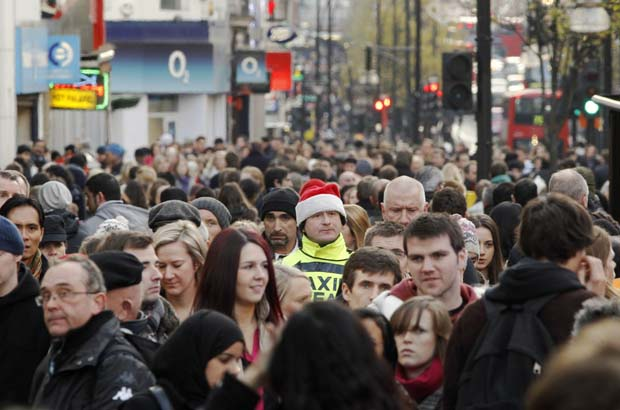 Reino Unido. Um toque de Natal entre a multidão