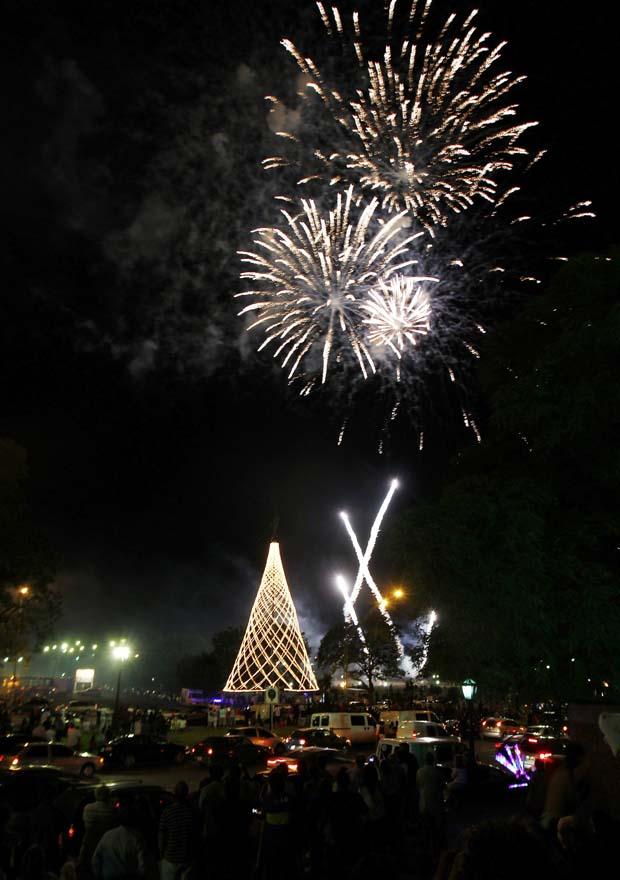 Argentina. Show de pirotecnia sobre a árvore de Natal de Buenos Aires