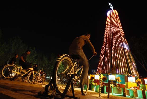 México. Árvore de Natal decorada com cerca de 8 mil luzes. A energia é conseguida pedalando em 15 bicicletas. Todos os visitantes são chamados a colaborar.