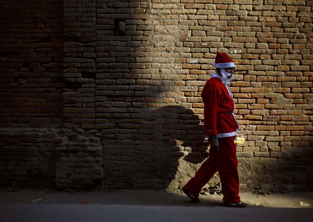 Nepal. Um solitário Pai Natal a caminho das comemorações natalícias em Katmandu