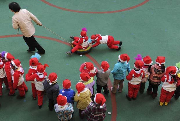 China. Diversões natalícias num jardim de infância de Hefei