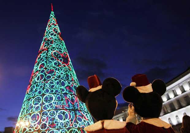 Espanha. Mickey e Minie admiram a árvore de Natal feita de luzes na Puerta del Sol, Madrid.