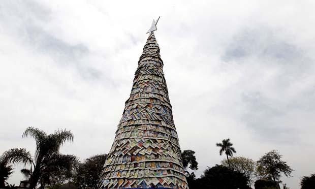 Peru. Árvore de Natal de 8m, feita com embalages de cartão Tetra Pak. Em Lima