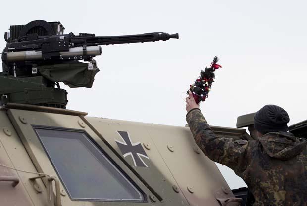 Afeganistão. Um soldado do contingente alemão coloca uma árvore de Natal em miniatura no topo do seu veículo
