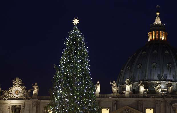 Vaticano. Uma árvore de 30 metros, vinda da Ucrânia, é iluminada oficialmente na praça de São Pedro