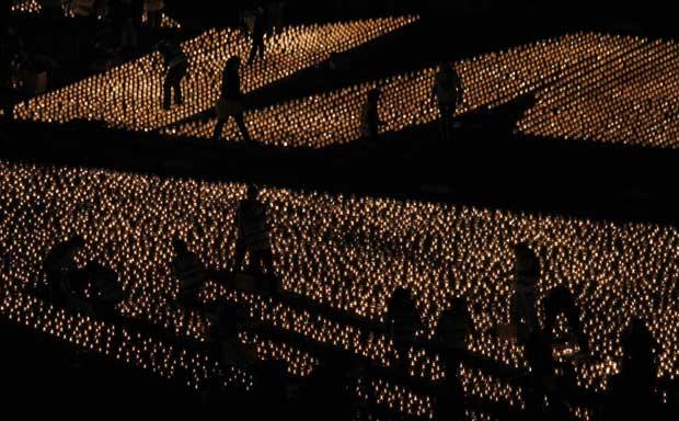 Portugal. Em Lisboa, acenderam-se 50 mil velas no Terreiro do Paço e bateu-se o recorde do Guiness da maior imagem feita com velas. Cada vela representou o donativo de um euro para a Terra dos Sonhos, organização que realiza os sonhos de crianças e idosos com doenças terminais