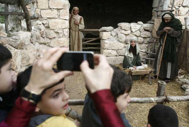 Israel. Jovens estudantes árabes israelitas assistem à encenação da Natividade em Nazaré
