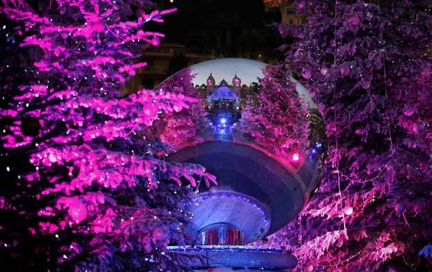 Mónaco. O Monte Carlo Casino reflectido numa bola que decora uma árvore de Natal