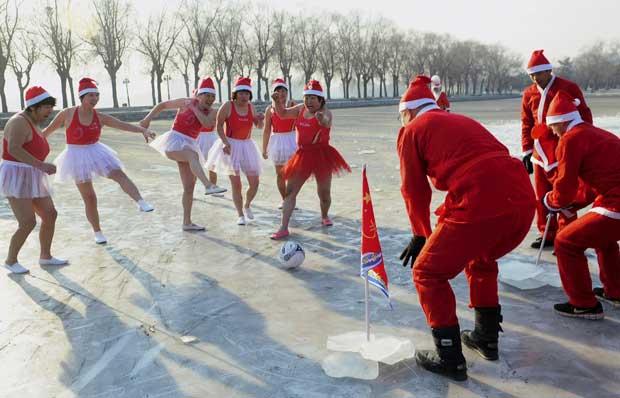 China. A jogar à bola num lago gelado