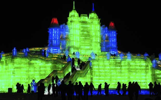 China, 25.12.2011 | Uma cidade de gelo e neve em fase de testes de iluminação: o Festival Internacional de Gelo e Neve começa em Harbin a 5 de Janeiro