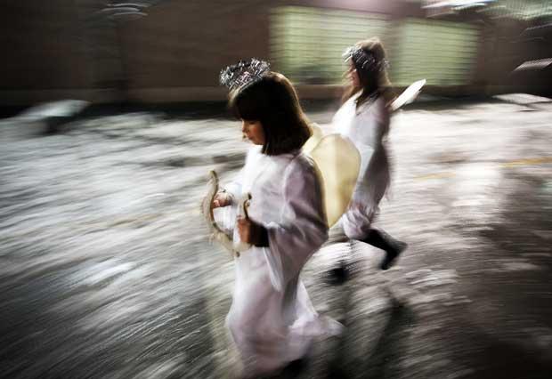 Bósnia, 23.12.2011 | Crianças vestidas de anjos preparadas para uma encenação da Natividade em Sarajevo.