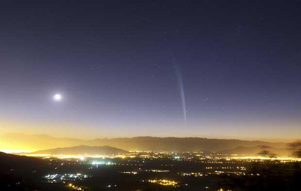 Chile, 22.12.2011 | O cometa Lovejoy visto ao amanhecer sobre Santiago – o cometa foi descoberto no último 27 de Novembro pelo astrónomo amador australiano Terry Lovejoy