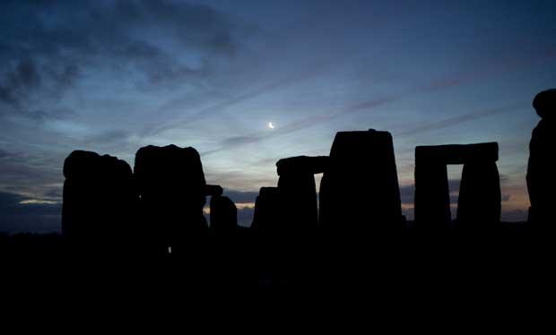 Inglaterra, 22.12.2011 | A lua ergue-se sobre Stonehenge no dia do solstício de Inverno
