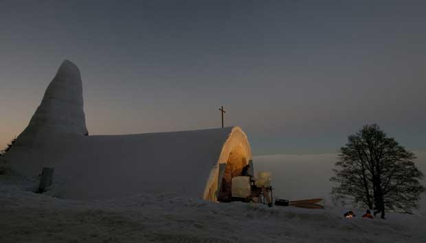 Alemanha, 27.12.2011 | Uma singular construção em neve: é uma igreja católica que será inaugurada esta quarta-feira e se manterá em funções até à Primavera. Em Mitterfirmiansreut (Bavária).