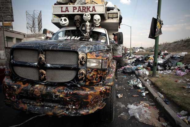 México, 26.12.2011 | Um camião do lixo decorado com a imagem do Santo da Morte