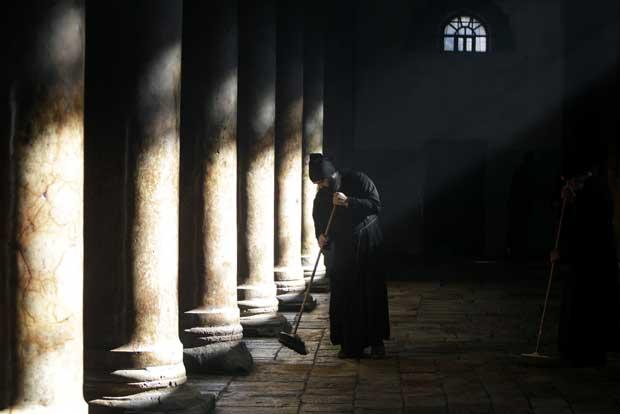 Cisjordânia, 28.12.2011 | A limpeza da Igreja da Natividade, em Belém, após o Natal. Aqui, um padre da igreja ortodoxa grega. Todos os anos, por