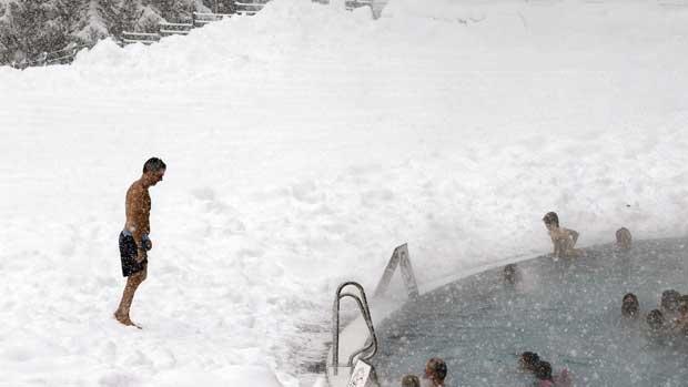 Suíça, 30.12.2011 | No Inverno de Davos, nada como relaxar numa piscina pública...