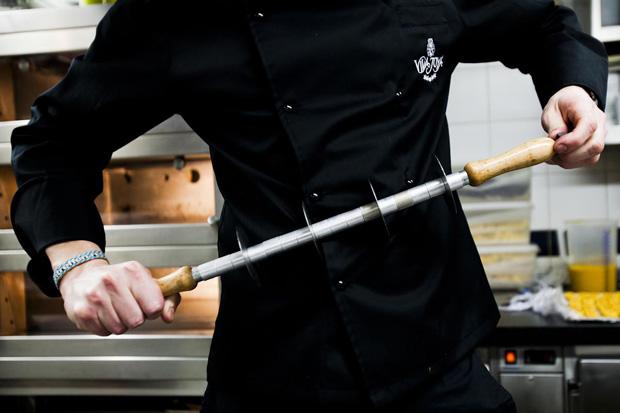 David, o número 2 da pastelaria, a preparar um utensílio para ser usado