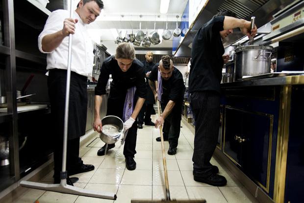 Todos os dias, antes de secomeçar a servir os pratos do menu, os cozinheiros lavam em tempo recorde a cozinha para que tudo esteja perfeito. No fim da noite o trabalho é repetido ainda com mais exaustão
