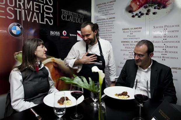 Mario Lohniger apresenta pessoalmente o seu prato na mesa do chef (dentro da cozinha) ao primeiros portugueses a sentarem-se aqui durante o festival (cada um destes quatro lugaresespeciais custa €500)