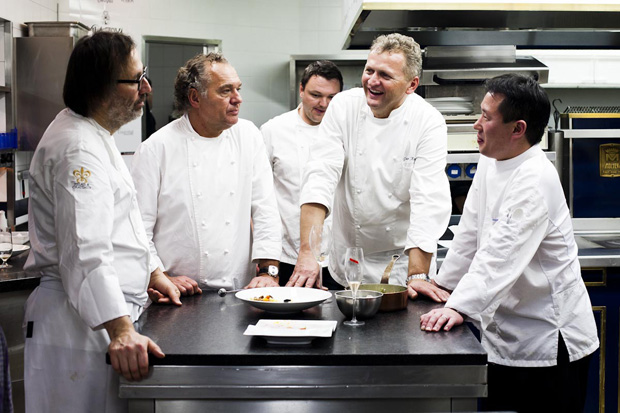 Os chefs Norbert Niederkofler, Karl Ederer e Peter Knog no International Gourmet Festival - Tribute to Claudia 2012