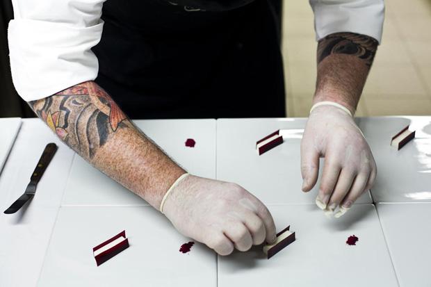 Oempratamento do prato de beterraba pelo assistente do chef americano