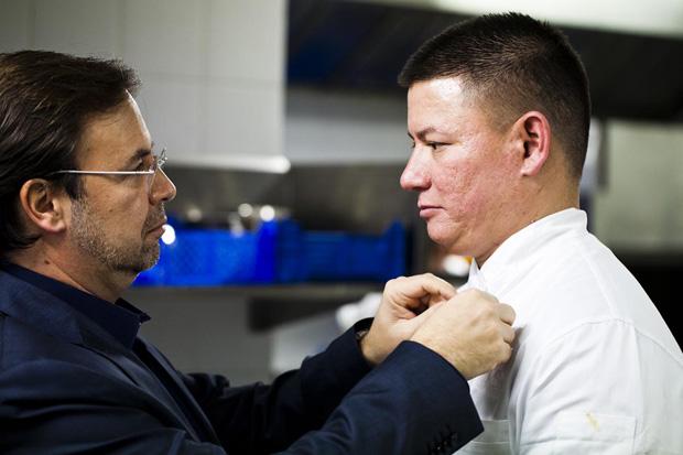 O jornalista Paulo Salvador põe um microfone no chef Shaun Hergatt para o entrevistar