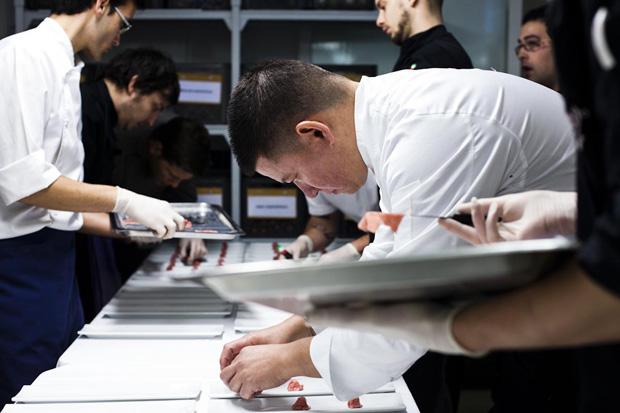 A concentração do chef durante a preparação do jantar