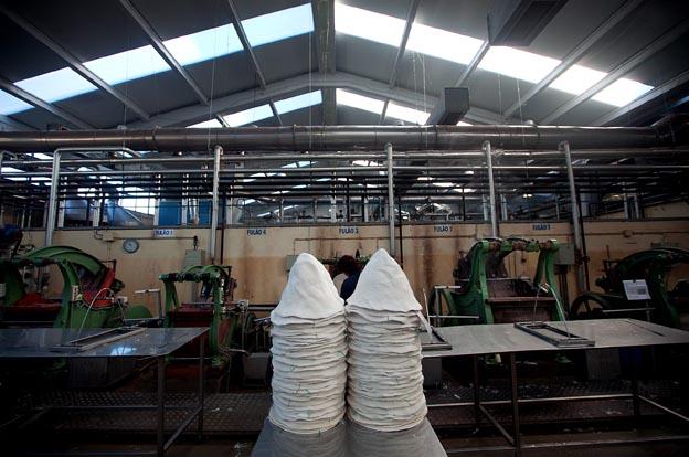 Na fábrica de chapéus Fepsa