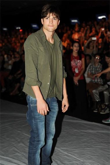 Ashton Kutcher, embaixador da Colcci, foi o centro de todas as atenções durante o desfile da marca