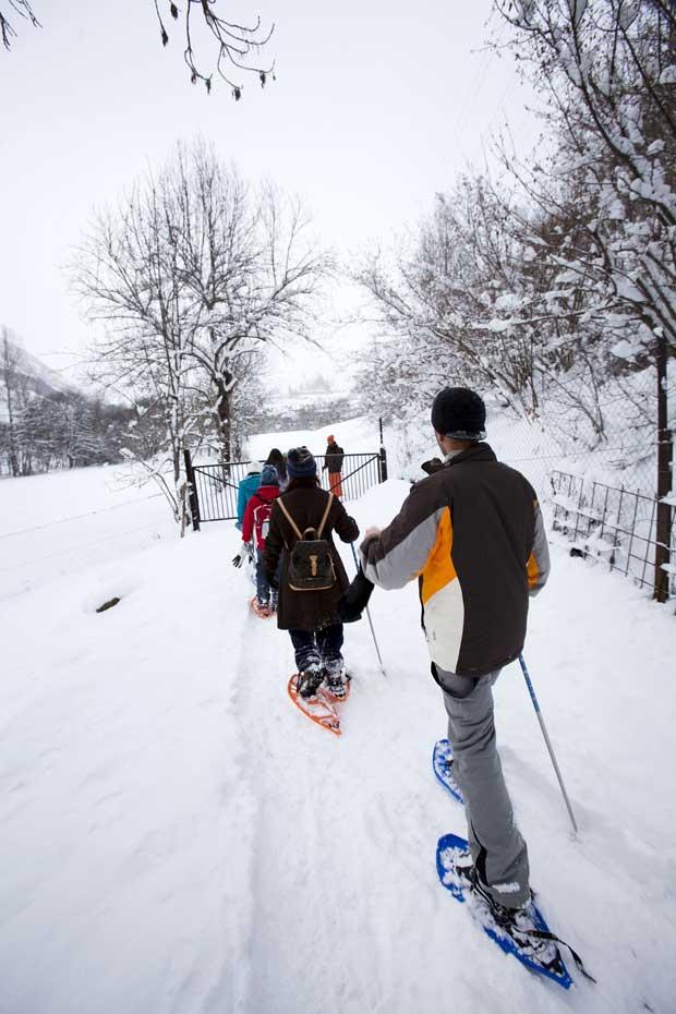 Opção para amantes da neve mais calmos: o relax de passear em raquetas de neve