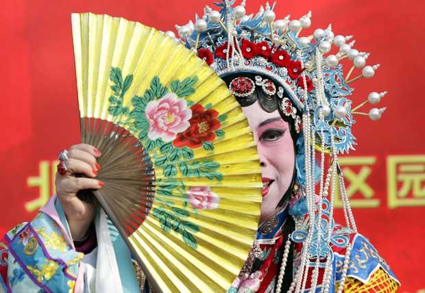 CHINA.Um fã da ópera de Pequim num festival de Primavera que celebra o Ano Novo Chinês, no parque de Lianhuahu
